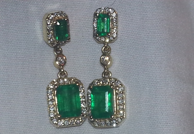 Earrings 2.43 ct Emeralds in 14 kt yellow gold