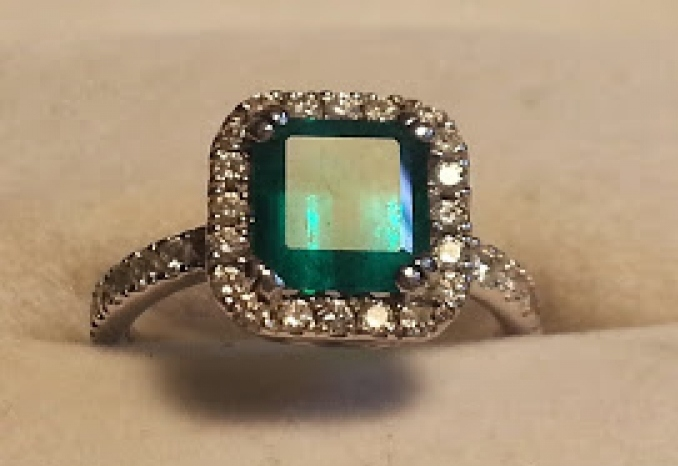 1.87 ct Emerald Ring Muzo in White Gold 33 diamonds